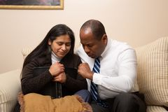Gemengd Gerend Christian Couple Praying Together stock foto