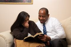Gemengd Gerend Christian Couple Studying Bible Together royalty-vrije stock afbeelding