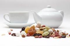 Gemengd noten en gedroogd fruit op de achtergrond Royalty-vrije Stock Afbeeldingen