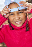 Gemengd Ras Afrikaans Amerikaans Meisje die Honkbal GLB dragen stock foto