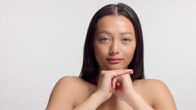 Gemengd ras Aziatisch model in de spruit van de studioschoonheid stock videobeelden