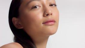 Gemengd ras Aziatisch model in de spruit van de studioschoonheid stock footage