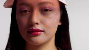 Gemengd ras Aziatisch model in make-up van de studio de creatieve kunst stock videobeelden