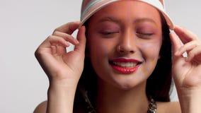 Gemengd ras Aziatisch model in make-up van de studio de creatieve kunst stock footage