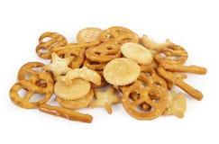 Gemengde crackers op wit Stock Afbeelding