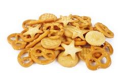 Gemengde crackers op wit Stock Fotografie
