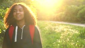 Gemengde de tiener vrouwelijke jonge vrouw van het ras Afrikaanse Amerikaanse meisje wandeling stock videobeelden