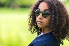 Gemengde de Tienerzonnebril van het Ras Afrikaanse Amerikaanse Meisje Royalty-vrije Stock Afbeelding