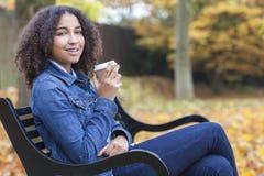 Gemengde de Vrouw van de Ras Afrikaanse Amerikaanse Tiener het Drinken Koffie stock foto