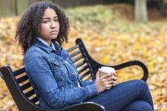 Gemengde de Vrouw van de Ras Afrikaanse Amerikaanse Tiener het Drinken Koffie royalty-vrije stock afbeelding