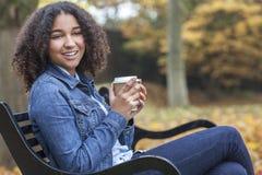 Gemengde de Vrouw van de Ras Afrikaanse Amerikaanse Tiener het Drinken Koffie stock fotografie