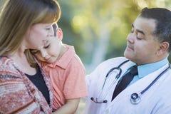 Gemengde de zieken rennen Jongen, Moeder en Spaanse Arts Outdoors Stock Fotografie