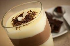 Gemengde die chocolade en vanillepudding in een verfraaid glas wordt gediend royalty-vrije stock foto's