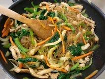 Gemengde die groenten met Koreaanse noedel, Koreaans voedsel, Korea worden gebraden Stock Foto
