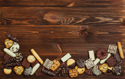 Gemengde die koekjes met chocolade op houten achtergrond worden behandeld Stock Fotografie