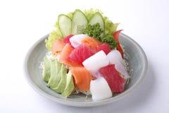 Gemengde die Sashimisalade met avocado op witte achtergrond wordt geïsoleerd stock afbeelding