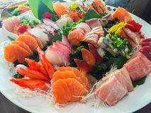 Gemengde die sushi op een witte plaat worden gediend Stock Foto