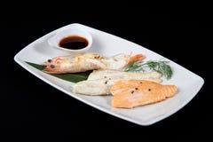 Gemengde die vissen met saus in witte plaat worden geroosterd Royalty-vrije Stock Foto's
