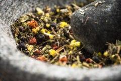 Gemengde droge kruiden in mortier of stamper, gezond aftreksel stock foto's