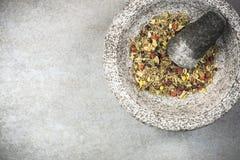 Gemengde droge kruiden in mortier of stamper, gezond aftreksel royalty-vrije stock afbeeldingen