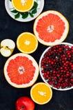 Gemengde feestelijke kleurrijke tropisch en citrusvruchten die over bla worden gesneden Stock Afbeeldingen