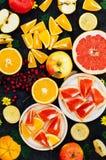 Gemengde feestelijke kleurrijke tropisch en citrusvruchten die over bla worden gesneden Stock Fotografie