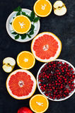 Gemengde feestelijke kleurrijke tropisch en citrusvruchten die over bla worden gesneden Royalty-vrije Stock Afbeelding