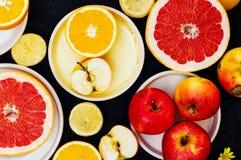 Gemengde feestelijke kleurrijke tropisch en citrusvruchten die over bla worden gesneden Royalty-vrije Stock Fotografie