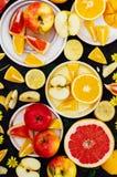 Gemengde feestelijke kleurrijke tropisch en citrusvruchten die over bla worden gesneden Royalty-vrije Stock Foto's
