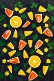 Gemengde feestelijke kleurrijke tropisch en citrusvruchten die over bla worden gesneden Royalty-vrije Stock Afbeeldingen