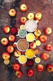 Gemengde feestelijke kleurrijke tropisch en citrusvruchten die over bla worden gesneden Royalty-vrije Stock Foto