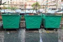 Gemengde gemeentelijke stevig afvalcontainers die op inzameling in Beiroet, Libanon wachten Stock Fotografie