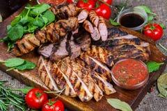 Gemengde geroosterde vleesschotel Geassorteerd heerlijk geroosterd vlees met groente royalty-vrije stock fotografie