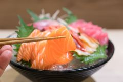 Gemengde gesneden vissensashimi op ijs in zwarte kom Sashimizalm T Royalty-vrije Stock Foto's