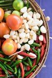 Gemengde groenten in mand Stock Afbeeldingen