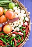 Gemengde groenten in mand op witte achtergrond Royalty-vrije Stock Afbeeldingen