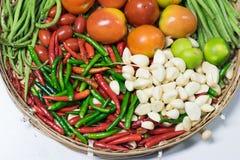 Gemengde groenten in mand op witte achtergrond Stock Foto's