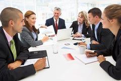 Gemengde groep in commerciële vergadering royalty-vrije stock afbeeldingen