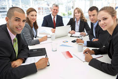 Gemengde groep in commerciële vergadering Stock Foto