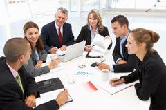 Gemengde groep in commerciële vergadering Stock Foto's