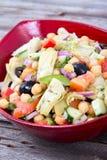 Gemengde Mediterrane saladekom met artisjok en kekers Stock Fotografie