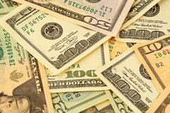 Gemengde nominale dollarbankbiljetten die willekeurig liggen Royalty-vrije Stock Afbeeldingen