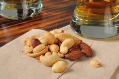 Gemengde noten met bier stock foto