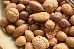 Gemengde noten op een plaat dicht omhoog stock foto's