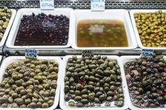 Gemengde olijfsnacks in de dienbladen Barcelona Spanje van de marktvertoning royalty-vrije stock foto