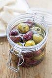 Gemengde olijven in kruik stock foto