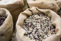 Gemengde ongepelde rijst in de jutezak Stock Fotografie