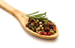 Gemengde peper in lepel op witte achtergrond Royalty-vrije Stock Foto's