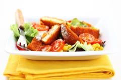 Gemengde plantaardige salade met gebakken camembert Stock Afbeelding