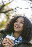Gemengde Ras Afrikaanse Amerikaanse Meisje het Drinken Koffie buiten royalty-vrije stock afbeeldingen